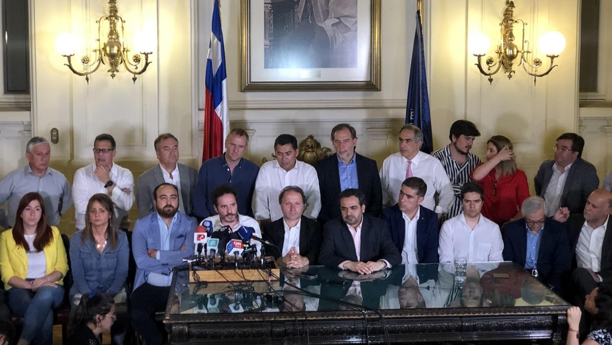 Imagen de los firmantes del acuerdo por la Paz y una Nueva Constitución,  la noche en que se realizó el acuerdo.