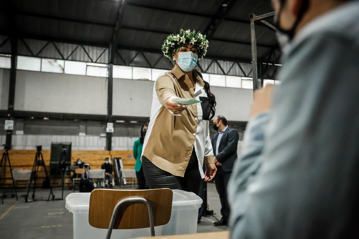 Votante Rapa Nui realizando su sufragio con un voto de pueblos originarios.