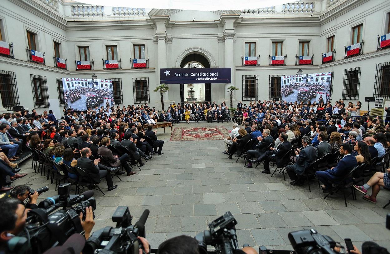Imagen amplia del día en que se firmó la reforma constitucional que dio paso al proceso para elaborar una nueva Carta Fundamental.